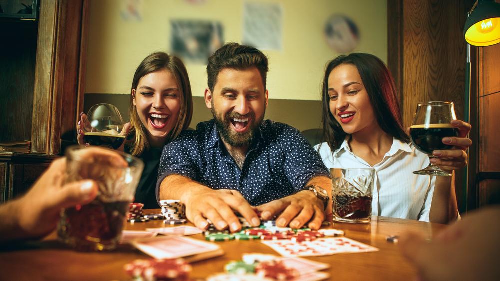 Skab rammerne om en dejlig aften med et spil casino med vennerne